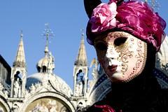 maschera lilla e basilica di san marco (Nicola Zuliani) Tags: venice basilica rosa carnevale venezia sanmarco maschere nizu nicolazuliani wwwnizuit