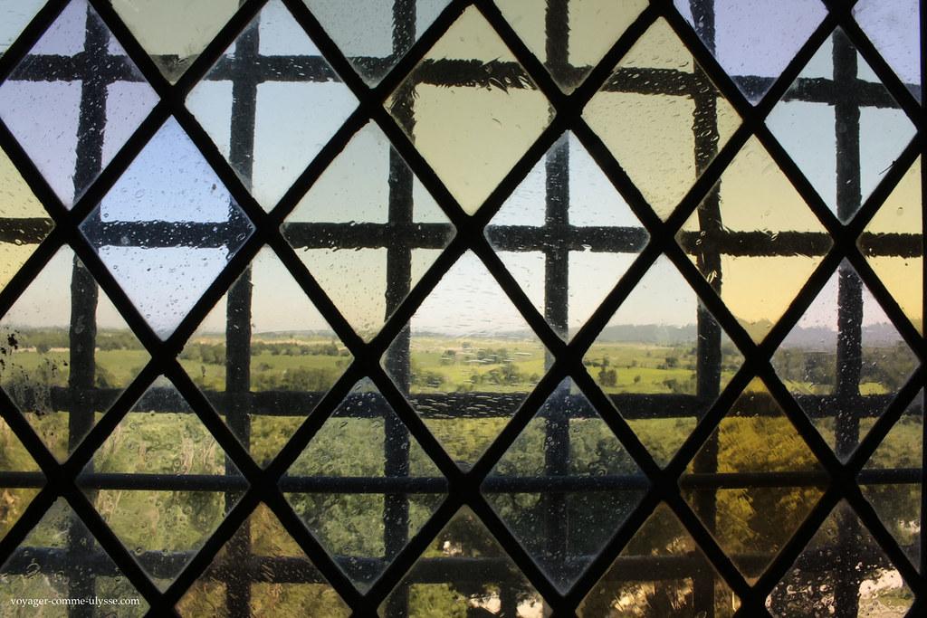 Paysage d'Arles, vu au travers d'un des vitraux de l'Abbaye