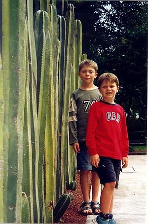 devant les cactus il y a six ans.jpg