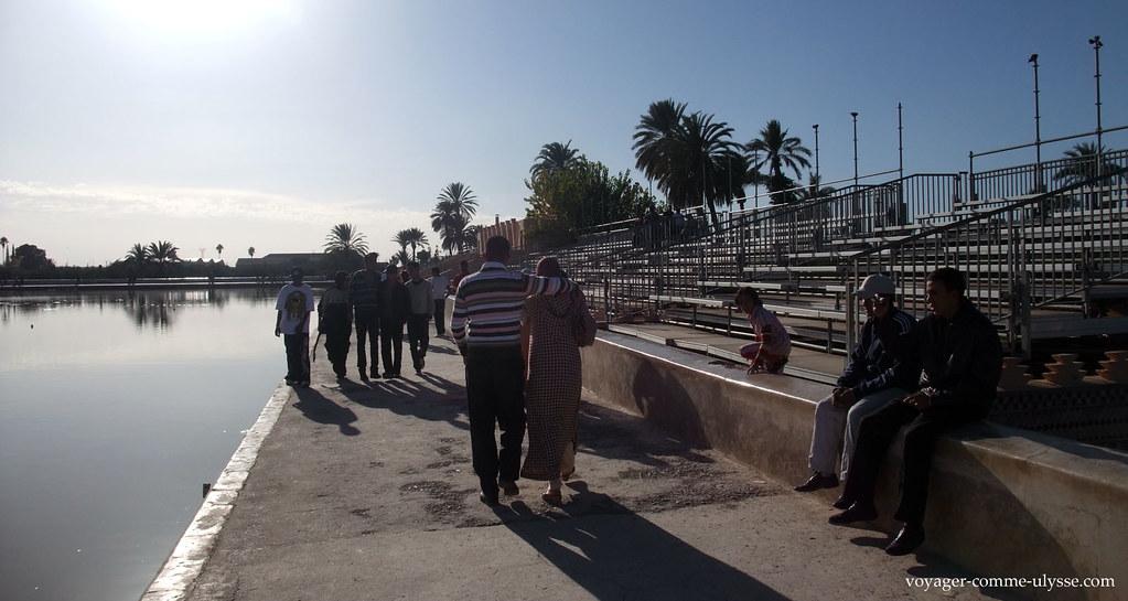 Des gradins, où viennent s'asseoir les promeneurs, profitant du spectacle