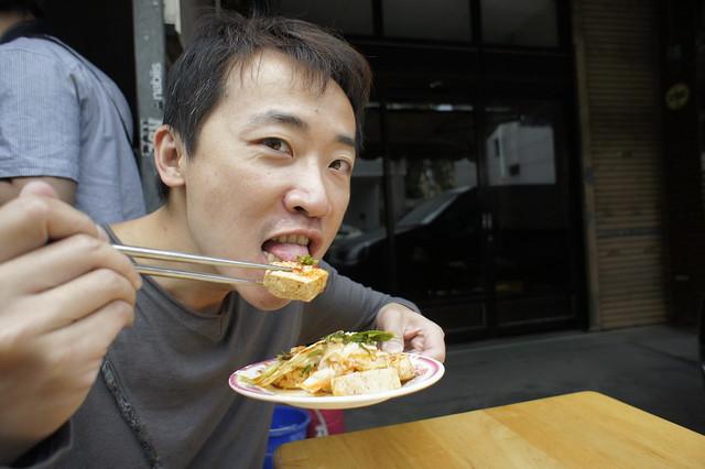 單難咬吃臭豆腐