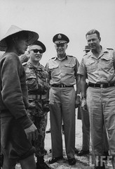 9-1963 (L-R) Brig. Gen Do Cao Tri, Gen. Maxwell D. Taylor & Secy of Defense Robert S. McNamara, as they question a Viet Cong guerrilla. par VIETNAM History in Pictures (1962-1963)