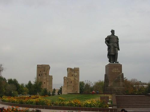 Alomtegenwoordige Timur voor zijn poortje