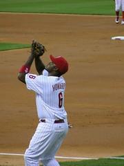 ryan howard makes a great catch (pompomflipflop) Tags: philadelphia baseball phillies citizensbankpark fielding firstbase ryanhoward