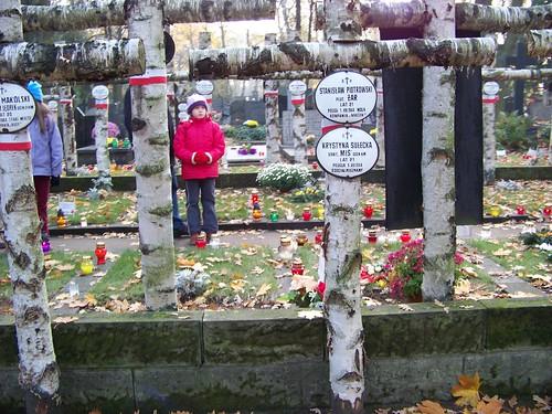 Thanh niên Warszawa bị giết hại trong cuộc Khởi Nghĩa Warszawa khi đứng lên chống quân đội Phát-sít Đức đô hộ. Các tiểu đội thành lập theo những lớp học. Có người mới 17 tuổi đã hi sinh.