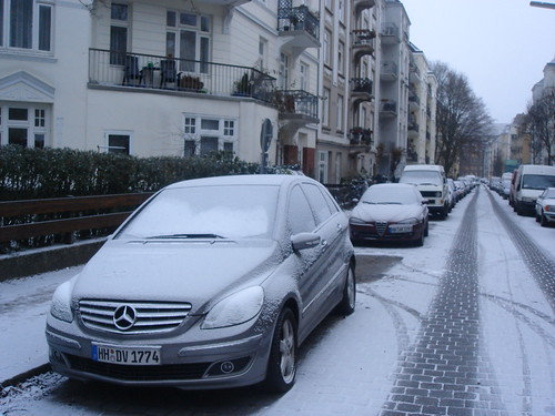 賓士車被雪覆蓋