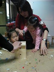 20090118-yoyo第一次拿鐵鎚作木工 (2)