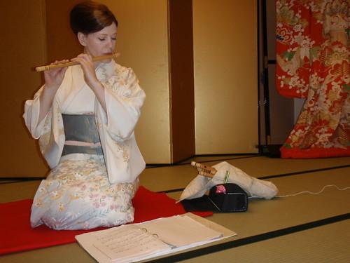 Geisha con flauta