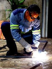 Soldador (Tarcísio Schnaider) Tags: brazil man luz brasil work sony working worker homem soldering pará trabalho trabalhando ferro oliveira trabalhador tarcisio solda f35 welder soldador solderingiron barcarena h50 lasser cruzadas soldando saldatore iso250 1125s soudeur duetos frenteafrente soudeuse 196mm schnaider schweiser thechallengefactory sonydsch50 sonyh50 bemflickrbembrasil 20090801 οξυγονοκολλητήσ