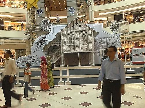 Karya Dato' Lat di ruang legar Suria KLCC