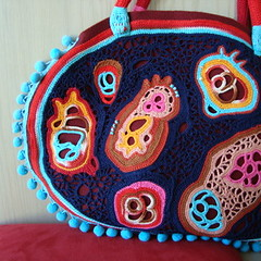 Petite FolkBag (saraaires (quartodeideias)) Tags: blue red bag folk crochet fiber amoeba baubles freeform saraaires