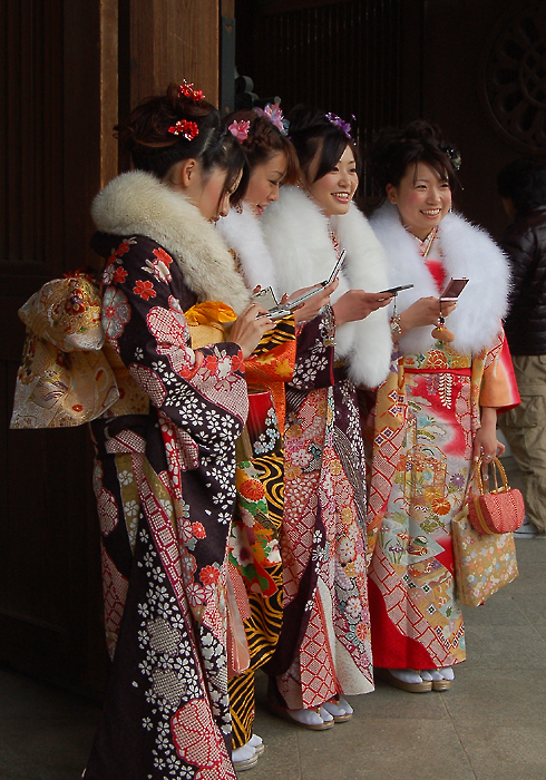 _kimono&mobile_phone_