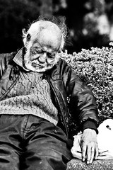 Solitude ( Hec Ochoa) Tags: park street old portrait bw man contrast mexico mayor bokeh bn asleep dragan indigente dormido seor homeles canonef702004l
