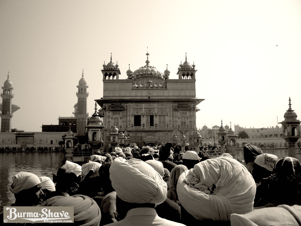 Making the way to Harmandar Sahib