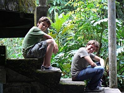 les enfants sur l'escalier, las pozas.jpg