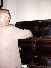 Pianosmécaniques04- Modèle de Derain et Cie actionné par Pierre Bordier Pdt du Musée et sénateur-maire de StFargeau (Geher) Tags: france radio de son musée sound museums orgues yonne enregistrement barbarie cylindres tournedisques stfargeau limonaires magnétophones