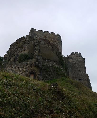 Château de Tournoël, près de Volvic (Puy-de-Dôme, France) par Denis Trente-Huittessan