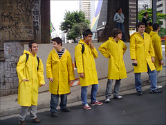 Domingo Pica-Pau Desce as Cataratas 39 (MaGioZal) Tags: brazil yellow brasil niagarafalls sopaulo sunday cartoon september sampa sp 2008 domingo setembro flashmob woodywoodpecker raincoats masp picapau yellowcoat avpaulista 28092008 09282008 picapaudesceascataratas picapauflashmob2008bymagiozal niagarafools