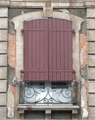 Bayonne (64) (Marie-Hélène Cingal) Tags: windows red france southwest window rouge balcony balkon wroughtiron 64 ventanas shutters balcon fenêtre bayonne fenêtres finestre sudouest aquitaine pyrénéesatlantiques ferforgé contrevents detalhesemferro