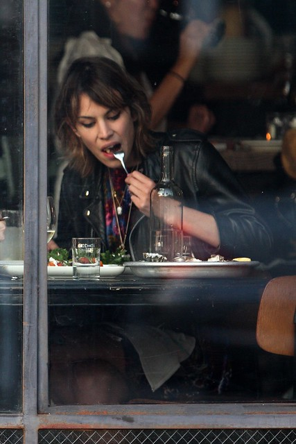 Preppie_-_Alexa_Chung_eating_dinner_on_Abbot_Kinney_in_Venice_Beach_-_October_8_2009_013