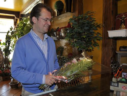 Francisco Jorge ayer, comprando unas flores en un establecimiento espinariego. / Pedro L. Merino