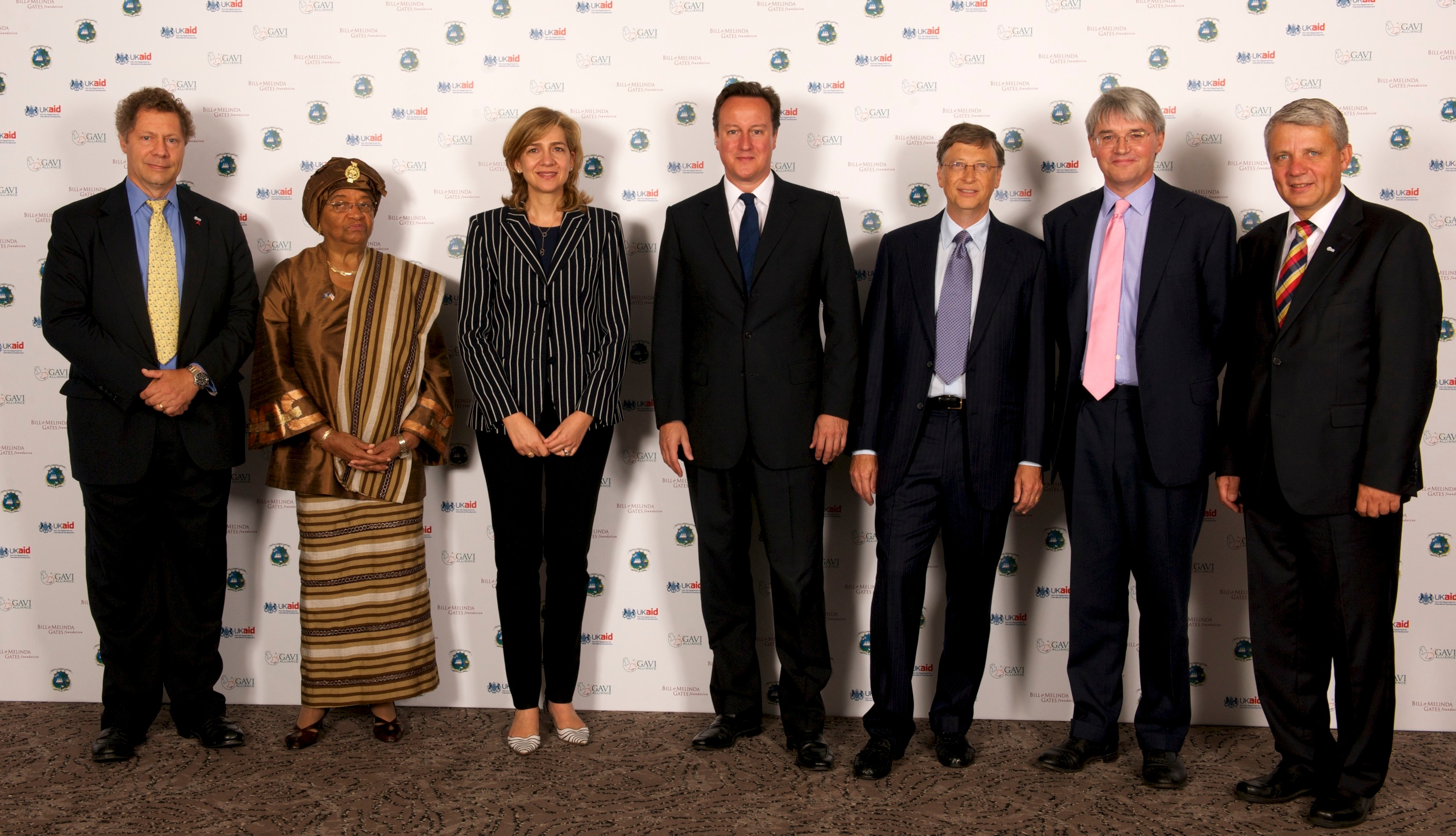 David Cameron, Andrew Mitchell, Bill Gates and Ellen Johnson-Sirleaf, together with members of the GAVI board