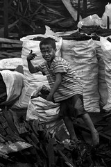 ulingan boy (jobarracuda) Tags: lumix philippines manila bata pilipinas childlabor fz50 tondo panasoniclumixdmcfz50 jobarracuda jobar jojopensica ulingan kidcharcoal ulingphotokalye