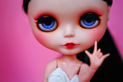 I love you / hang loose (r e n a t a) Tags: pink macro cute canon doll rosa plastic geisha kawaii blythe  boneca custom takara plstico gueixa customizada extrahands pureneemobody elianasaito lilitix custombylilitix