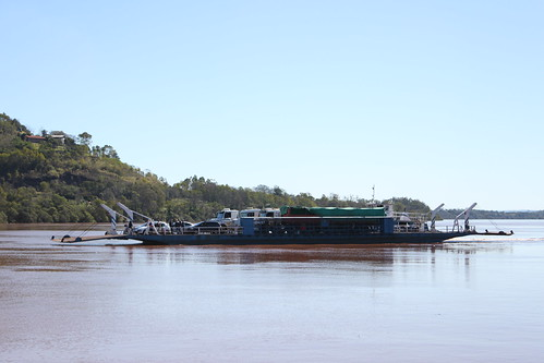 Balsa cargada de autos y camiones, uniendo Argentina con Brasil navegando sobre el rio Uruguay