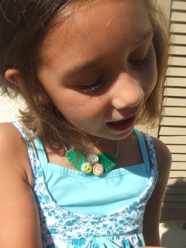 wearing a nido en las nubes necklace