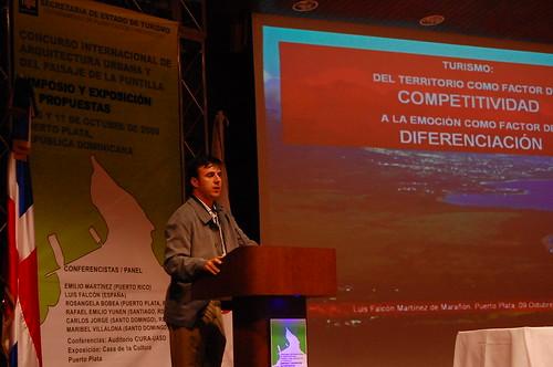 Luis Falcón Martínez, inicia su  conferencia
