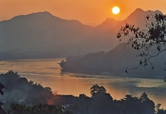 Laos-Louang Prabhang - Sunset on the Mekong (hjfklein) Tags: leica sunset beautiful laos r7 soe mekong mnhn fineartphotos platinumphoto diamondclassphotographer flickrdiamond goldstaraward nearbynature hjfklein flickrclassique cop15 louangprabhang