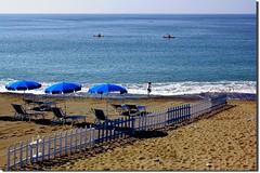 Le tre canoe (meghimeg) Tags: boy shadow sea sun beach fence sand mare ombra canoe explore sole umbrellas ombrelloni lavagna spiaggia sabbia ragazzo staccionata 2011 recinzione