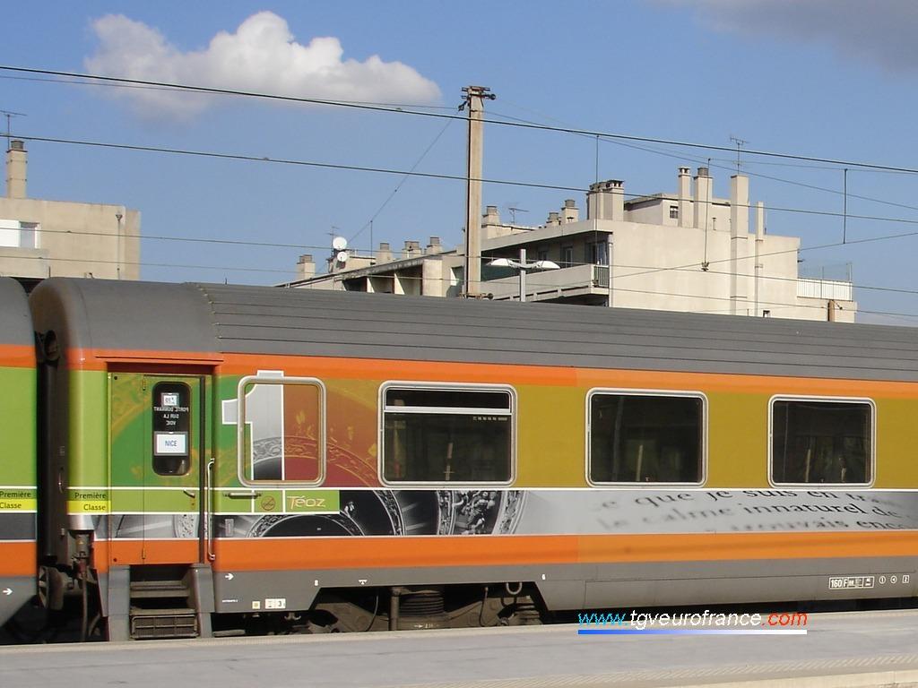 Détail d'une voiture voyageurs 1ère classe (Corail Téoz SNCF A5t2u)