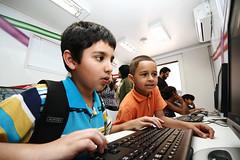 Amigos do Planeta - Inclusão Digital é isso aí! (poperotico) Tags: boy brasil digital computer kid saopaulo computador criança chico projeto niño menino computadora inclusao casasbahia amigosdoplaneta caminhaoitinerante