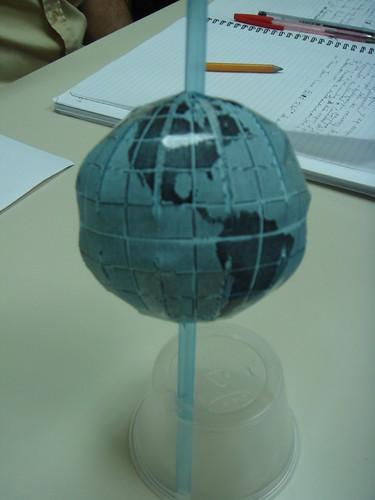 El modelo del globo con su eje inclinado