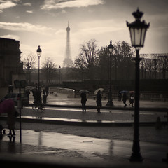 (alfonstr) Tags: people paris france rain umbrella canon 50mm lluvia farola gente louvre f14 toureiffel torreeiffel museo francia paraguas 2010 globetrotter alfons sinh pluja fanal paraigues cuadrado 40d formatocuadrado alfonstr lafotodelasemanaa
