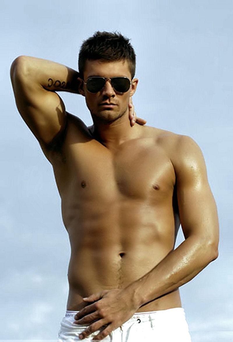 Kristian Kjelling shirtless!