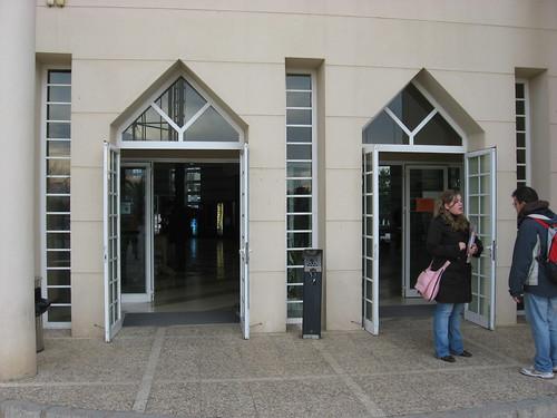 Derroche Energetico Puertas Aulario Campus Rabanales abiertas en dia gélido.