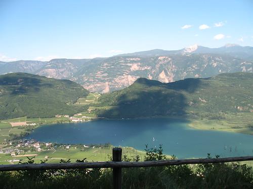 Blick von Altenburg auf den Kalterer See, dahinter das Weisshorn und Schwarzhorn