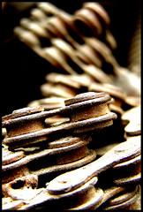 Cadena (Kevin Vsquez) Tags: door color detail hojas town puerta venezuela pueblo colonial ciudad bicicleta el caracas miranda viejo detalles escaleras cerradura suelo cadena estado pueblito piezas pedazos hatillo retazos