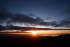 日の出に歓喜する人々