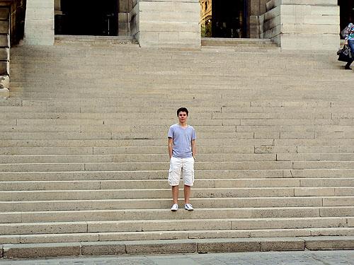 paul sur les marches.jpg