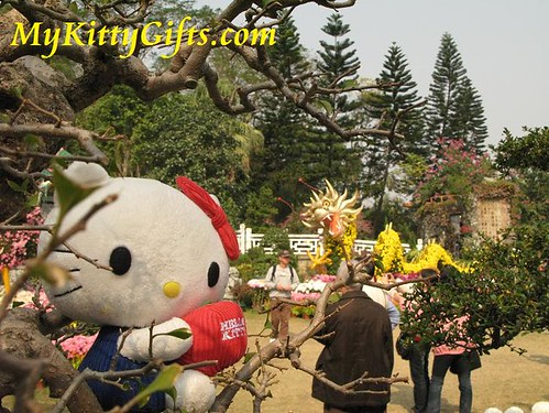 Hello Kitty's View of Dragon Flower Sculpture in Hong Kong Orchid Trip