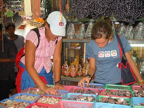 Druk snuisteren in de amuletmarkt