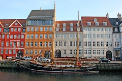 """Black Pearl"" at colorful Nyhavn (FP) (Osthollnder) Tags: summer reflection colors copenhagen geotagged denmark boats nyhavn colorful harbour sommer july boote explore juli hafen frontpage dnemark danmark kopenhagen 2009 farben reflektion"
