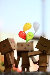 我有氣球...你們沒有! (sⓘndy°) Tags: sanfrancisco canon toy toys box figure sensational figurine sindy kaiyodo yotsuba danbo revoltech danboard 紙箱人 阿楞 amazoncomjp