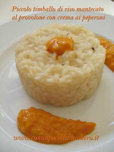 Piccolo timballo di riso mantecato al provolone con crema ai peperoni