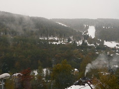 Blick aus unserem Fenster (abejorro34) Tags: street wood schnee autumn trees houses winter chimney orange snow ski mountains window lamp fog forest town nebel view fenster smoke herbst tschechischerepublik stadt czechrepublic wald bume 2009 blick slope piste rauch gebirge huser erzgebirge oremountains jchymov joachimsthal