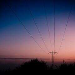 Linie im Himmel (mahomathome) Tags: mast dämmerung weite 2009 frei oberleitung abends leitung linien ferne morgend wehmut heimweh dmmerung snaptweet
